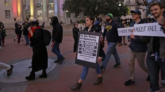 В Калифорнии студенты сожгли аудиторию, протестуя против встречи с республиканцем