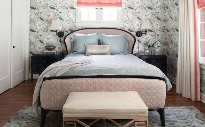 Розовый мрамор в спальне