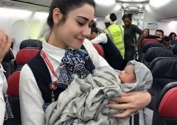 Женщина родила ребенка в самолете