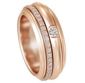 Обручальное кольцо и оренбургский платок