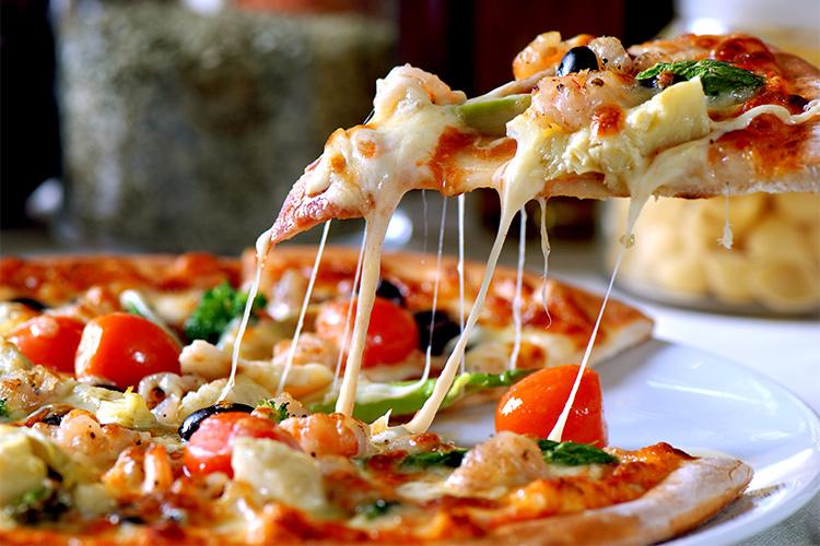 Какие соусы и сыр можно добавить в пиццу?
